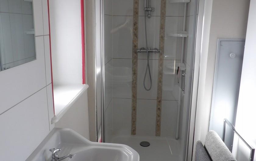 Location de vacances - Appartement à Granges-sur-Vologne - Salle de douche,  lave-linge, sèche cheveux, étagère