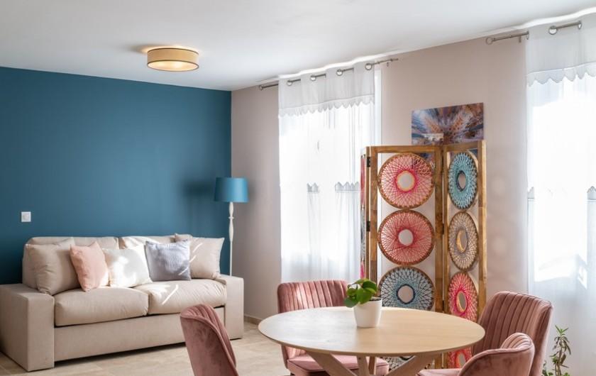 Location de vacances - Gîte à Pernes-les-Fontaines - une des trois chambres avec sa salle de bains