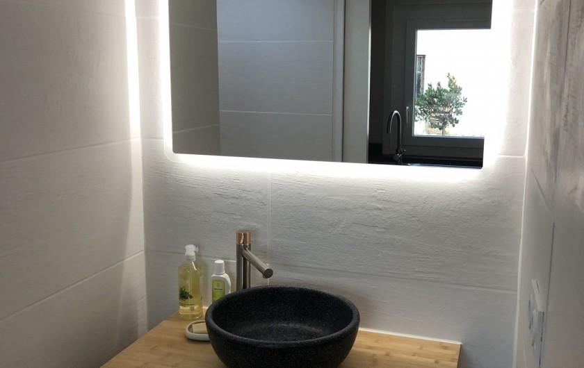 Location de vacances - Gîte à Pernes-les-Fontaines - une des deux salle de bains du gite pour 6 personnes