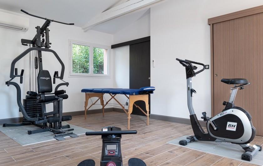 Location de vacances - Gîte à Pernes-les-Fontaines - Salle de sport : banc de musculation, vélo, rameur, table de massage shiatsu...