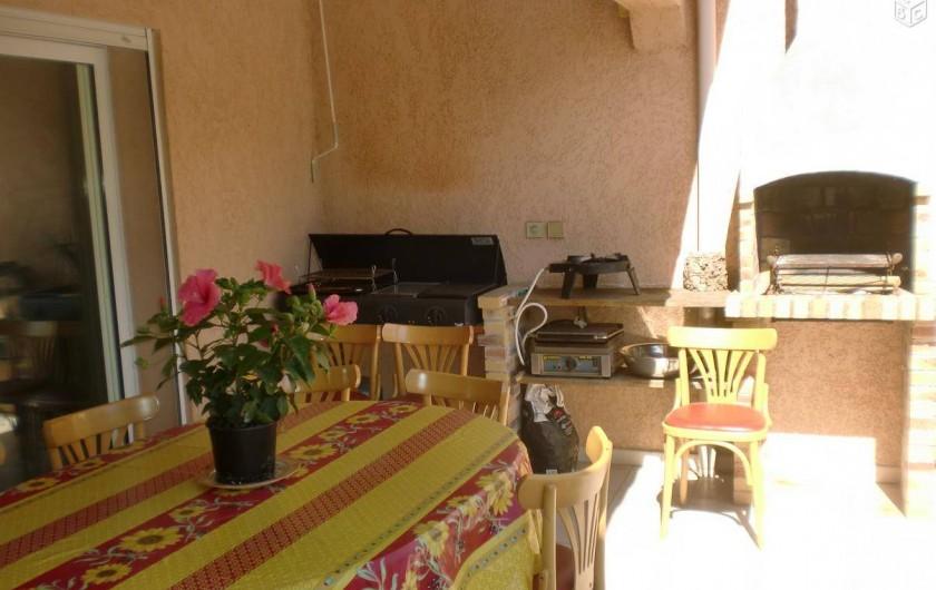 Location de vacances - Villa à Prunelli-di-Fiumorbo - partie de la terrasse et bbq