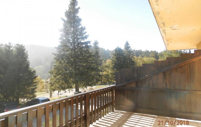 Location de vacances - Appartement à Orbey - vu depuis la terrasse avec au fond les pistes de ski
