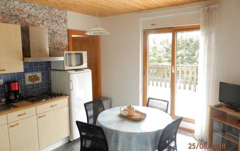 Location de vacances - Appartement à Orbey - cuisine et coin repas