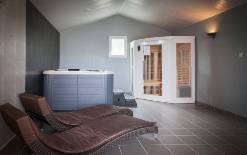 Location de vacances - Bungalow - Mobilhome à Landevieille - Salle de bien-être avec sauna et jacuzzi