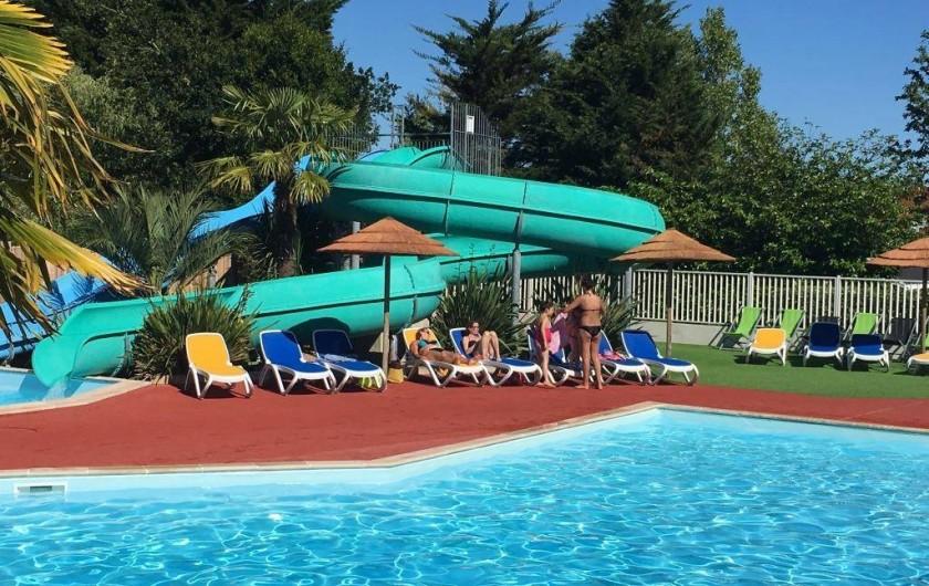 Location de vacances - Bungalow - Mobilhome à Landevieille - Les 2 piscines extérieurs chauffées et 3 pistes de toboggans