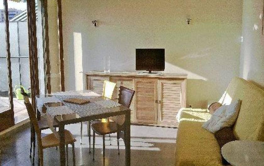 Location de vacances - Appartement à Nice - séjour avec wifi, climatisation, canapé-lit pour 2 (bon couchage)