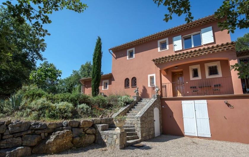 Location de vacances - Villa à Fayence - entrée par escalier