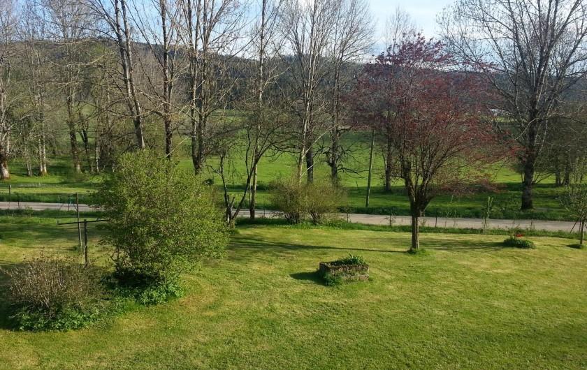 Location de vacances - Gîte à Arc-sous-Cicon - vue depuis l'appartement au printemps
