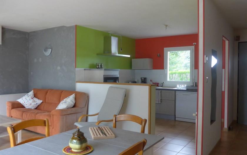 Location de vacances - Chambre d'hôtes à Camoël - Vue sur la cuisine et l'entrée