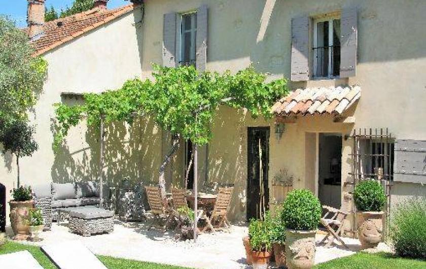 Location de vacances - Chambre d'hôtes à Loriol-du-Comtat - Vue sur la terrasse et le salon sous la vigne