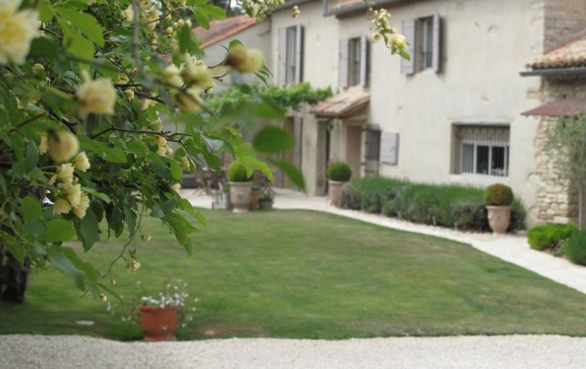 Location de vacances - Chambre d'hôtes à Loriol-du-Comtat - Le Mas façade et entrée