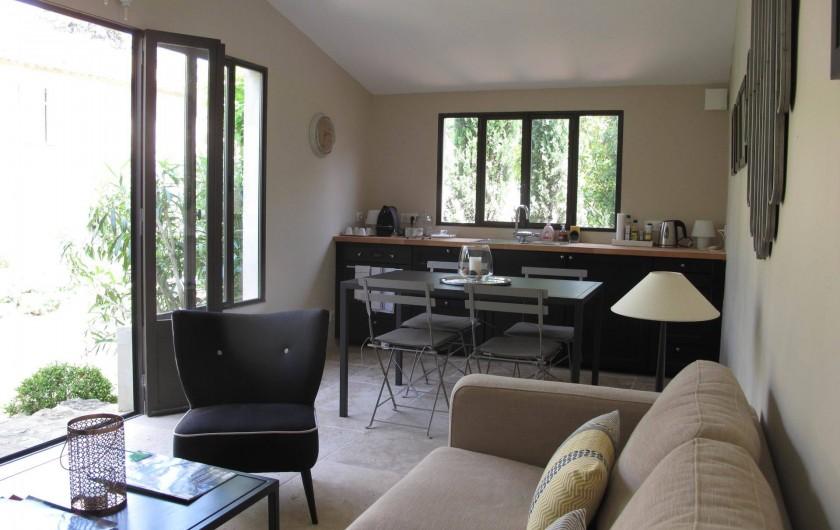 """Location de vacances - Chambre d'hôtes à Loriol-du-Comtat - """"Le Cabanon"""" espace salon et cuisine pour nos hôtes"""