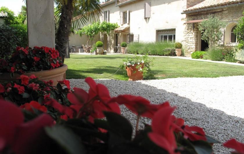 Location de vacances - Chambre d'hôtes à Loriol-du-Comtat - Le Mas, la façade et le jardin paysagé