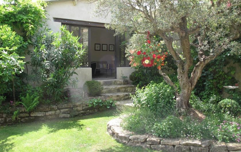 """Location de vacances - Chambre d'hôtes à Loriol-du-Comtat - Vue du jardin fleuri sur """"Le Cabanon"""""""