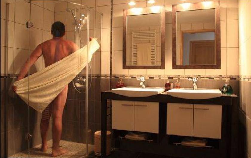 Location de vacances - Gîte à Mondon - Salle d'eau du gîte des 3 hiboux avec douche à l'italienne et double vasque