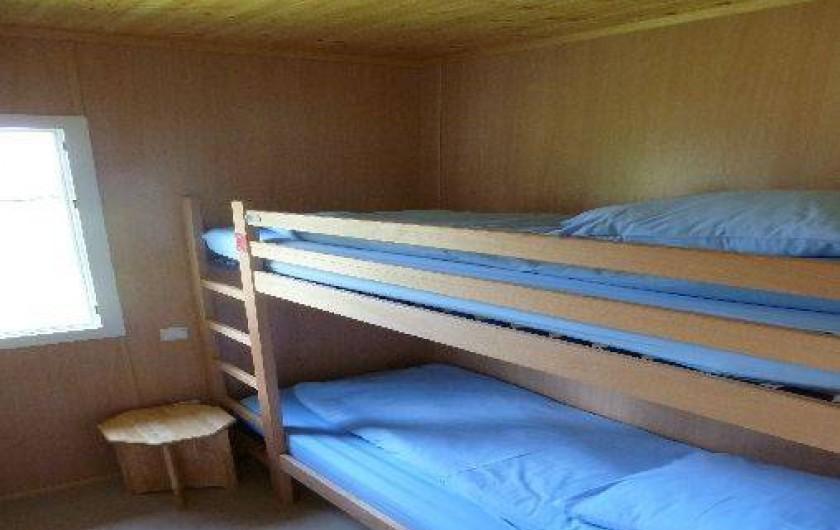 Location de vacances - Camping à Bellenaves - Chambre avec lits superposés