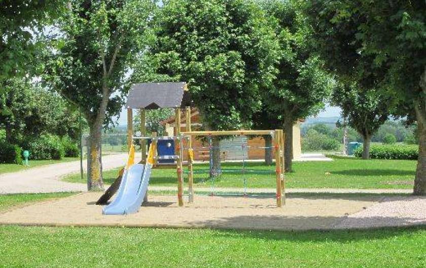 Location de vacances - Camping à Bellenaves - Aire de jeux pour tous