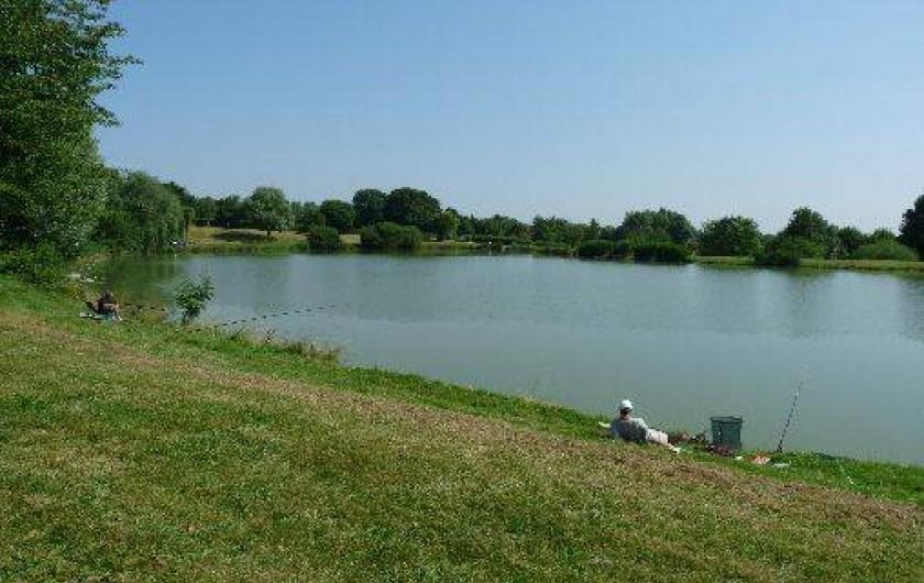 Location de vacances - Camping à Bellenaves - Etang de pêche sur place