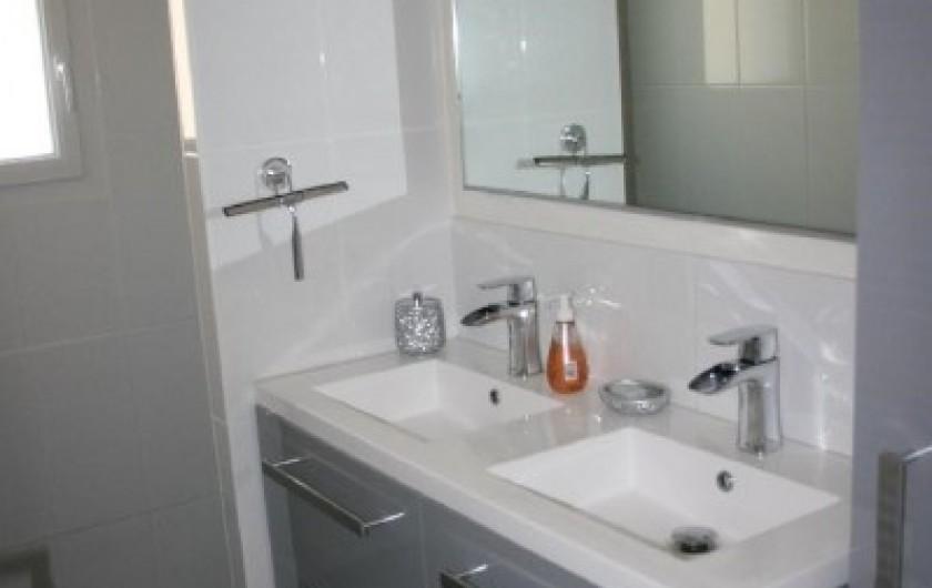 Location de vacances - Villa à La Palmyre - Salle de bain lavabo double-vasques robinets fontaine