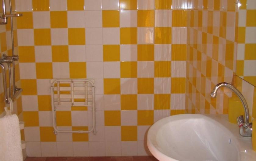 Location de vacances - Gîte à Champs-Romain - Salle de bain rez de chaussée, aménagée handicapés