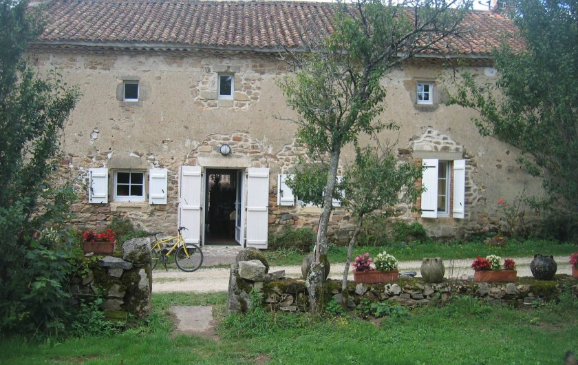 Location de vacances - Gîte à Champs-Romain - Façade vue du jardin