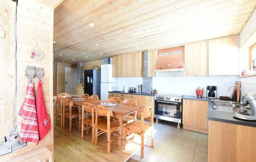 Location de vacances - Chalet à Taninges - Cuisine ouverte sur séjour entièrement équipée