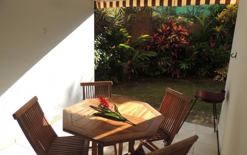 Location de vacances - Appartement à Le Gosier - La terrasse en rez-de-jardin avec son BBQ