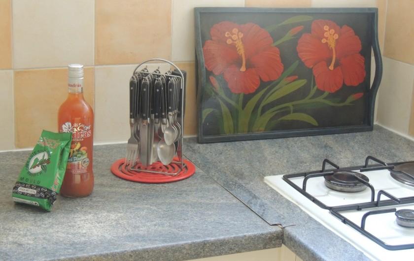 Location de vacances - Appartement à Le Gosier - La cuisine et le punch pour vous accueillir !