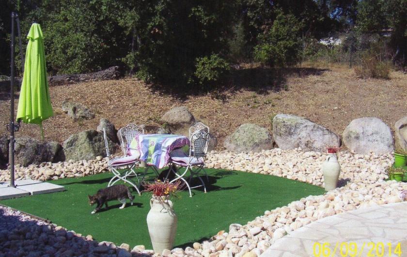 Location de vacances - Villa à Porto-Vecchio - salon de jardin près de la piscine