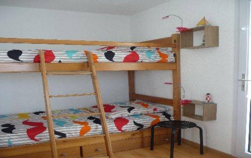 Location de vacances - Studio à Les Sables-d'Olonne - la chambre donnant sur le balcon n°2