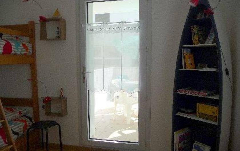 Location de vacances - Studio à Les Sables-d'Olonne - la vue de la chambre donnant sur le balcon n°2, depuis la pièce de vie