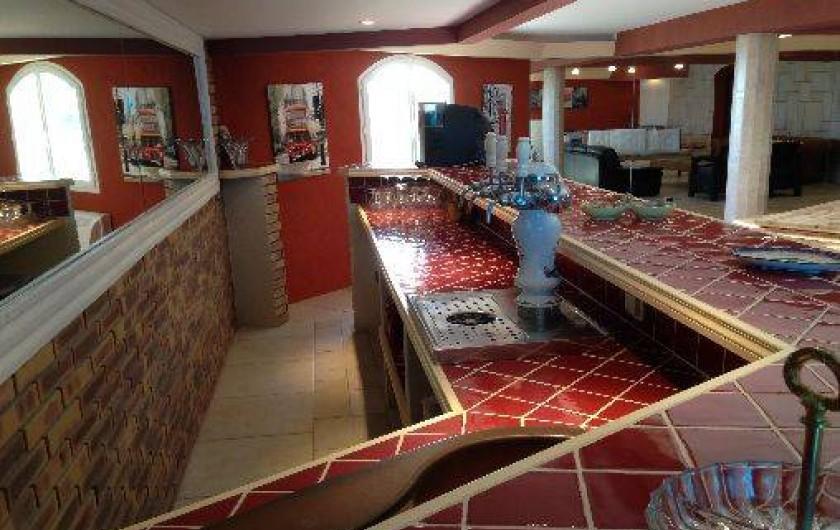 Location de vacances - Villa à Les Issambres - Bar Salle de Jeu avec pompe à bière et vue sous l'eau de la piscine