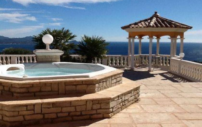 Location de vacances - Villa à Les Issambres - Jacuzzi faisant cascade dans la piscine