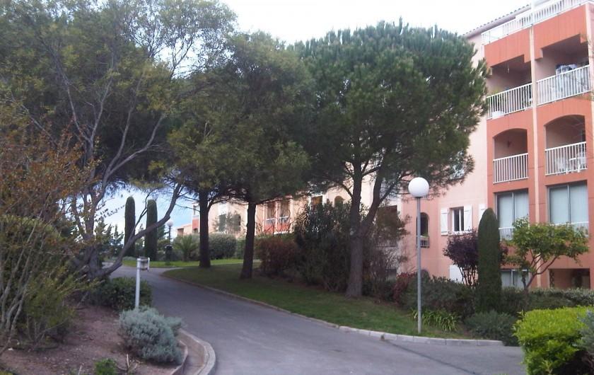Location de vacances - Appartement à Fréjus - Allée piétonne de la Résidence fermée paysagée Le Lagon Bleu