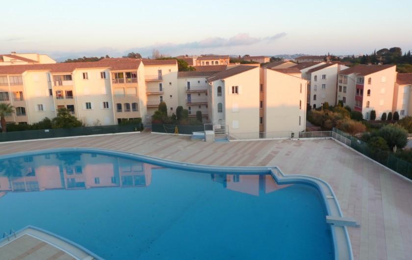 Location de vacances - Appartement à Fréjus - Piscine vue de la terrasse le soir
