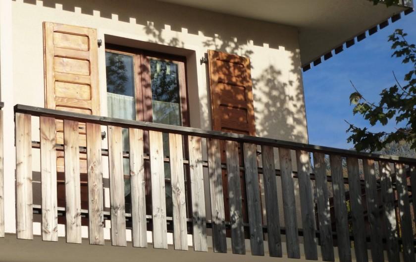 Location de vacances - Appartement à Morzine - Porte fenêtre  et balcon