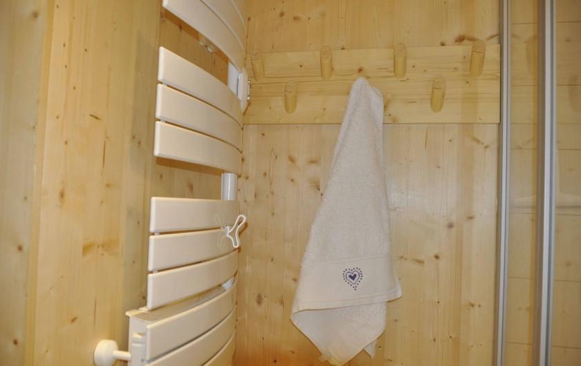 Location de vacances - Appartement à Morzine - Salle de bains , radiateur sèche serviettes