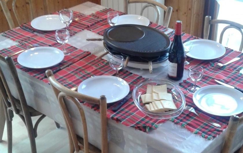 Location de vacances - Appartement à Morzine - table séjour