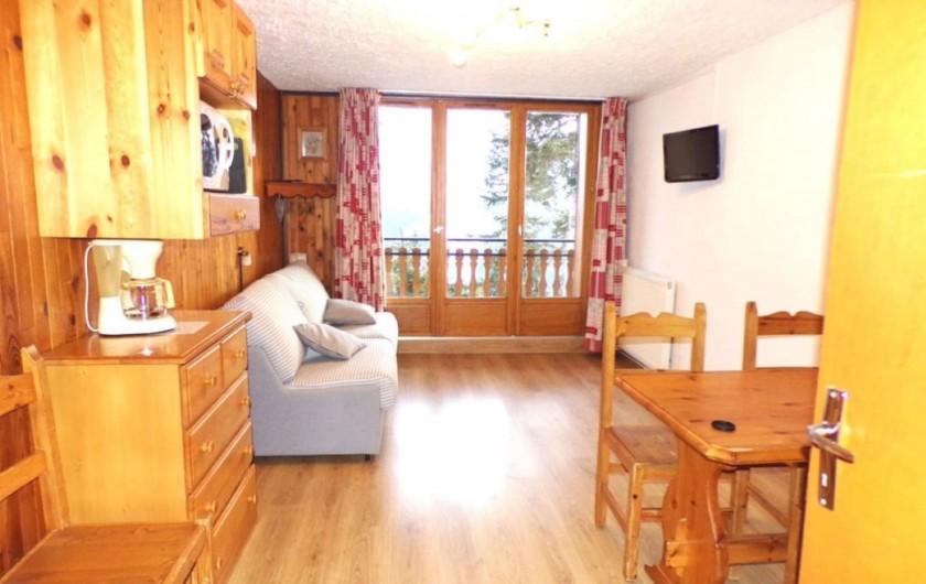 Location de vacances - Studio à La Rosière - Séjour, canapé lit 2prs, balcon avec vue sur la montagne