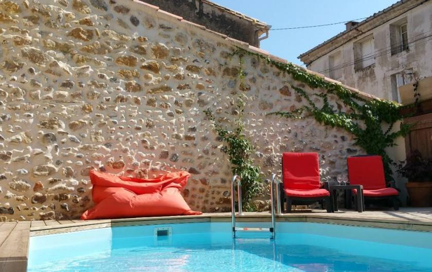 Location de vacances - Maison - Villa à Pouzolles - piscine dans cour privative