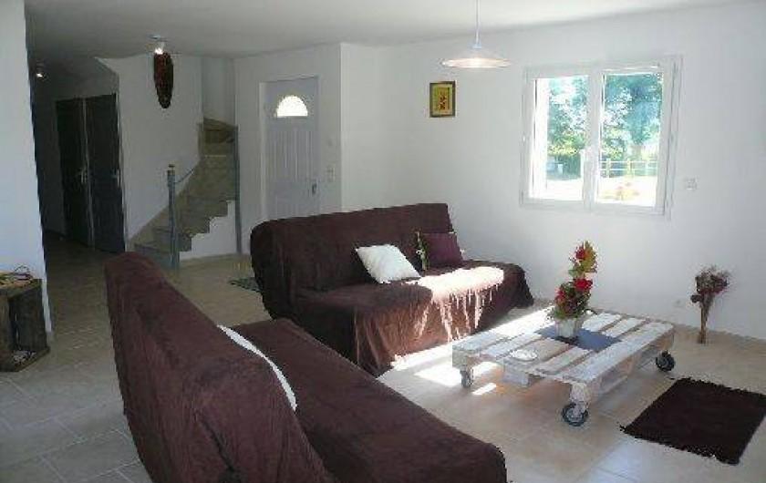 Location de vacances - Villa à Vierville-sur-Mer - Le salon avec TV, lecteur DVD, et jeux pour les enfants.