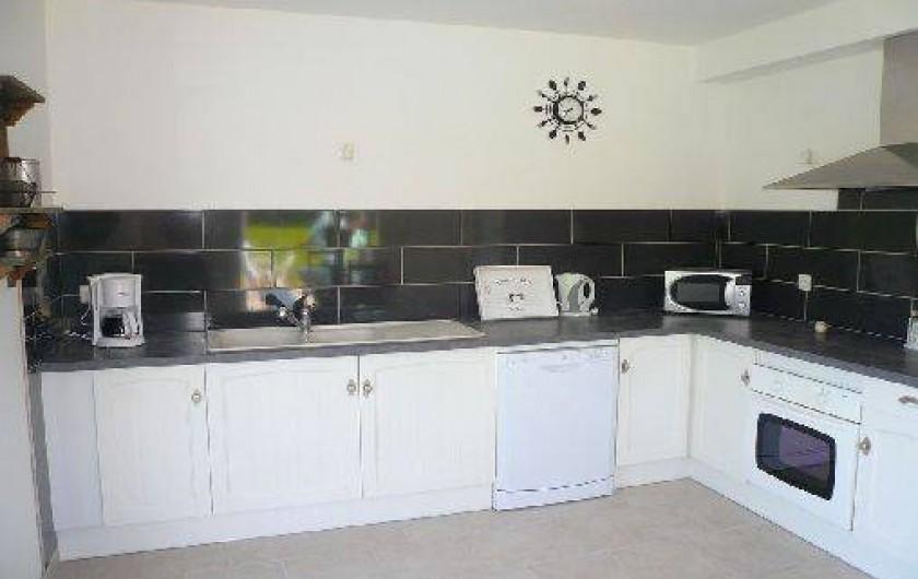 Location de vacances - Villa à Vierville-sur-Mer - La cuisine entièrement équipée est ouverte sur la salle à manger et la terrasse