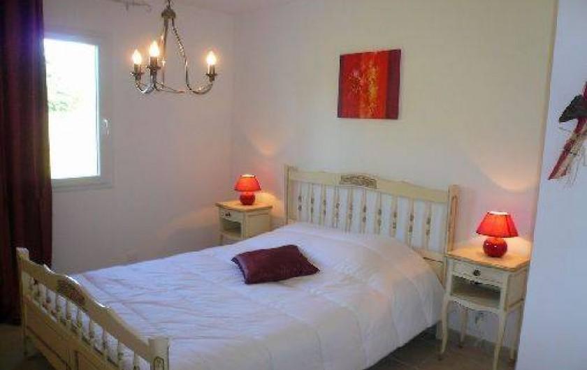 Location de vacances - Villa à Vierville-sur-Mer - La chambre au rez-de-chaussée est située à côté de la salle d'eau.