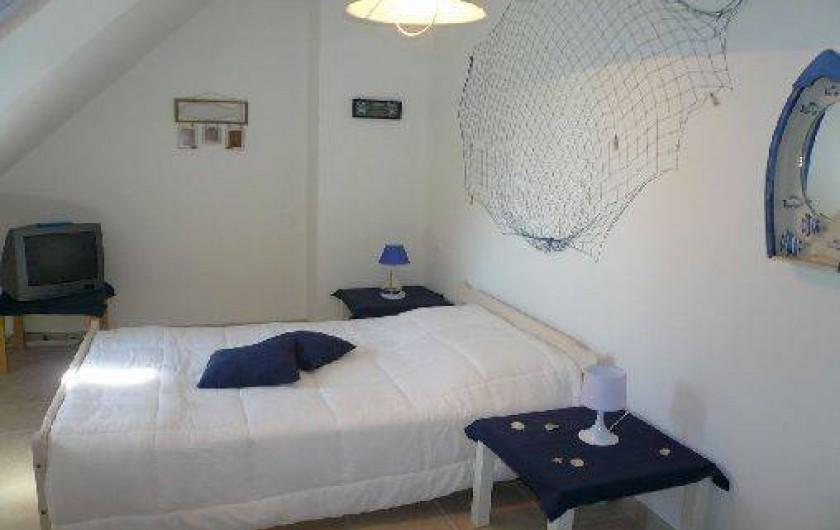 Location de vacances - Villa à Vierville-sur-Mer - Chambre à l'étage avec lit double, lit bébé et table à langer.