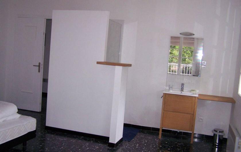 Location de vacances - Mas à Elne - chambre 1 avec salle d'eau (lavabo + douche)