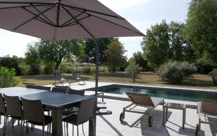 Location de vacances - Mas à Elne - table + chaises longues + Parasol