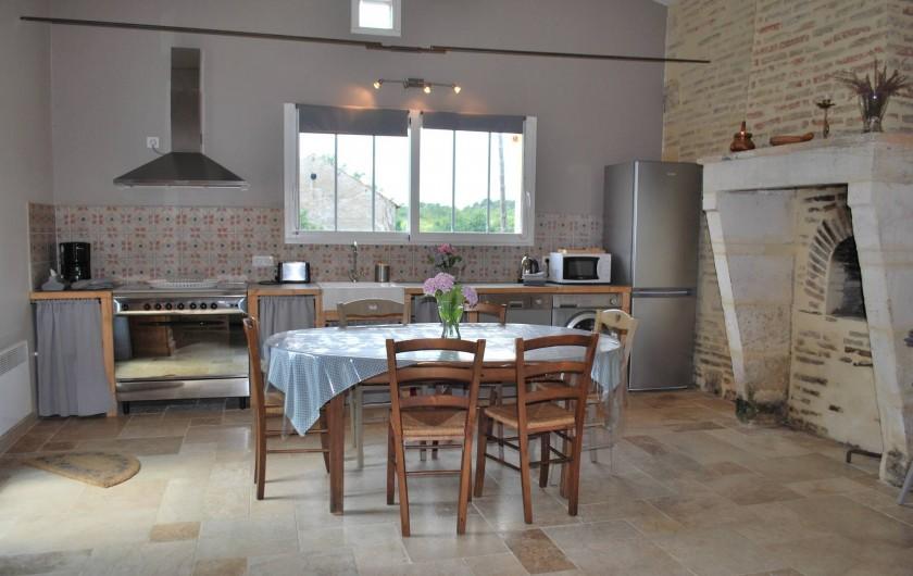 Location de vacances - Gîte à Eygurande-et-Gardedeuil - La cuisine avec sa fenêtre panoramique. Gîte de la Guirandole-