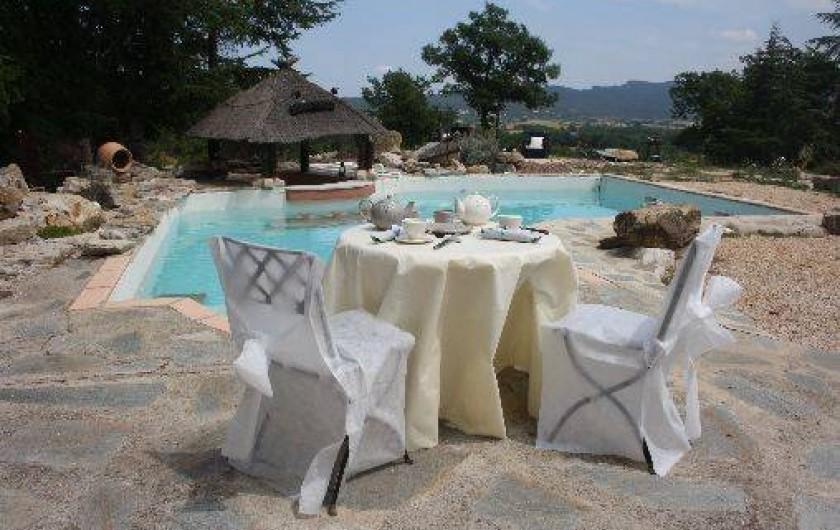 Location de vacances - Gîte à Servas - Petit déjeuner devant la piscine