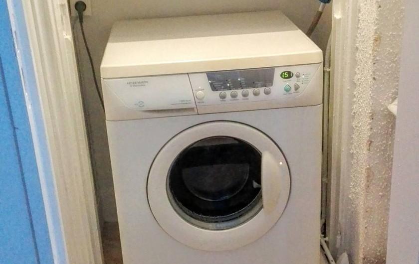 Location de vacances - Appartement à Le Mont-Dore - Pièce avec machine à laver, table et fer à repasser, aspirateur, etc...