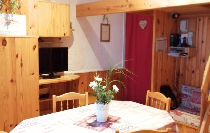 Location de vacances - Appartement à Le Mont-Dore - Pièce à vivre avec TV, DVD, WIFI et Téléphone.